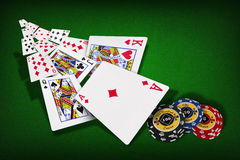 Jetons de poker jouant des cartes Photos stock