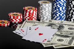 Jetons de poker jouant des cartes et des dollars photo stock