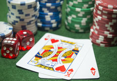 Jetons de poker jouant des matrices de cartes Photographie stock