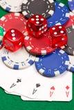 Jetons de poker, matrices et quatre as sur la table verte Photos libres de droits
