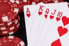 Jetons de poker rouges et concept de cartes de jeu sur la fin noire de fond  photo libre de droits