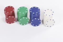 Jetons de poker rouges, verts, bleus et blancs Image libre de droits