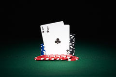 Jetons de poker sur la table avec des cartes d'as Image libre de droits
