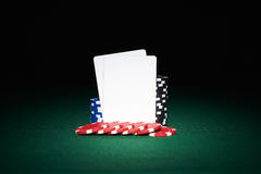 Jetons de poker sur la table avec des paires de cartes vierges Photo libre de droits