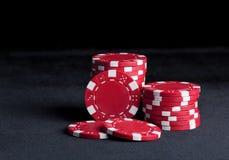 Jetons de poker sur le noir Photos libres de droits