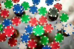 Jetons rouges, bleus, verts et noirs de casino Photo stock