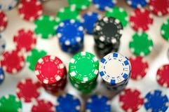 Jetons rouges, bleus, verts et noirs de casino Photos stock