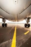 jetplane,从下面被生动描述的航空器飞机脚架  免版税库存图片