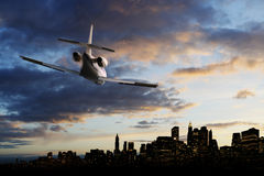 Jetplane no céu fotografia de stock