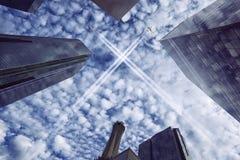 Jets au-dessus de ville Photographie stock libre de droits