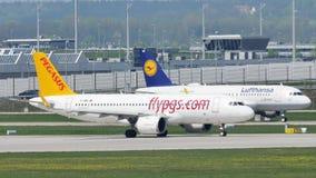 Jets de Pegaso y de Lufthansa que hacen el taxi en el aeropuerto de Munich, MUC metrajes
