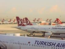 Jets de Turkish Airlines en el aeropuerto de Estambul Foto de archivo libre de regalías