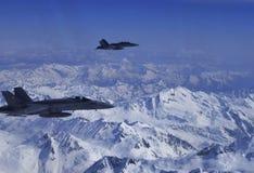 Jets militares FA-18 de la fuerza aérea suiza que escolta el airplain civil fotografía de archivo libre de regalías