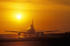 Jets pendant le coucher du soleil à l'aéroport de LAX Los Angeles, la Californie Photographie stock libre de droits