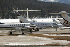 Jets privés et avions dans l'aéroport de St Moritz Switzerland dans les alpes Photo stock