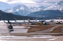 Jets privés et avions dans l'aéroport de St Moritz Switzerland dans les alpes Photo libre de droits