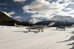 Jets privés et un avion décollant dans l'aéroport de St Moritz Switzerland en hiver Photographie stock libre de droits
