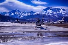 Jets privés et un hélicoptère dans l'aéroport de St Moritz Switzerland Image stock