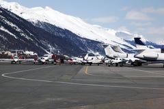 Jets privados, aviones y helicópteros en el aeropuerto de St Moritz Switzerland en las montañas Imagen de archivo libre de regalías