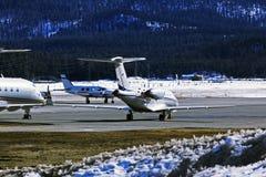Jets privados y aviones en el aeropuerto de St Moritz Switzerland en las montañas Imágenes de archivo libres de regalías