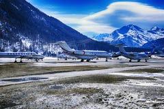 Jets privados y aviones en el aeropuerto de St Moritz Switzerland en las montañas Foto de archivo