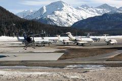 Jets privados y aviones en el aeropuerto de St Moritz Switzerland en las montañas Imagenes de archivo