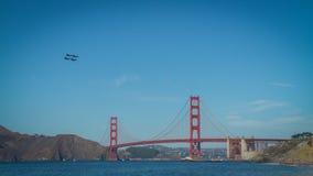 Jets sobre el Golden Gate fotos de archivo