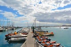 Jets, voile et bateaux de pêche colorés dans le dock de Corralejo Fuerteventura, Espagne images libres de droits