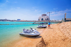 Jetski für Miete auf dem Strand in Abu Dhabi Lizenzfreie Stockbilder