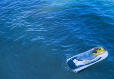 JetSki que senta-se no oceano sobre a água azul Fotos de Stock Royalty Free