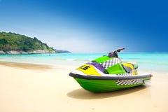 Jetski a stationné sur une plage contre le ciel bleu Image libre de droits