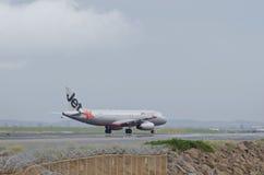 Jetstar空中客车通过热阴霾 免版税图库摄影