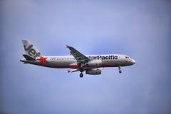 Jetstar航空公司在天空的飞机飞行 库存图片