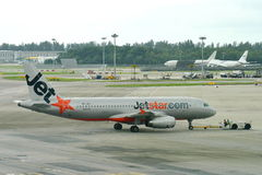 Jetstar Ásia Airbus 320 que está sendo empurrado para trás Fotografia de Stock Royalty Free