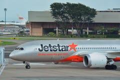 Jetstar международный Боинг 787 Dreamliner ездя на такси на авиапорте Changi Стоковая Фотография