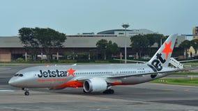Jetstar международный Боинг 787 Dreamliner ездя на такси на авиапорте Changi Стоковое Фото