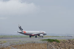 Jetstar Airbus attraverso la foschia di calore Fotografia Stock Libera da Diritti