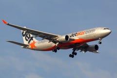 Jetstar Airways Aerobus A330-203 VH-EBK na podejściu ziemia przy Melbourne lotniskiem międzynarodowym Zdjęcia Stock
