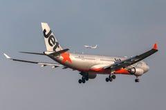 Jetstar Airways Aerobus A330-203 VH-EBK na podejściu ziemia przy Melbourne lotniskiem międzynarodowym Fotografia Stock