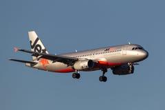 Jetstar Airways Airbus A320-232 VH-VQH na aproximação à terra no aeroporto internacional de Melbourne Foto de Stock Royalty Free