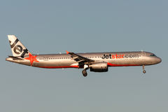 Jetstar Airways Airbus A321-231 VH-VWT en acercamiento a la tierra en el aeropuerto internacional de Melbourne Foto de archivo