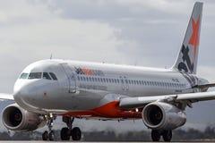 Jetstar Airways-de vliegtuigen vh-JQL van het Luchtbusa320-232 lijnvliegtuig op de baan royalty-vrije stock afbeelding