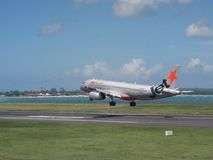 Jetstar Airways-vliegtuig die op de luchthaven van Bali landen royalty-vrije stock foto
