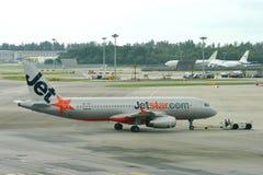 Jetstar Asien flygbuss 320 som tillbaka skjuts Royaltyfri Fotografi