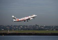 Jetstar avec la livrée promotionnelle part aéroport de Sydney Photo stock