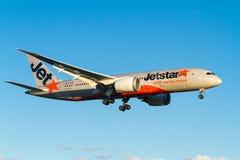 Jetstar Boeing 787 Dreamliner in volo Fotografie Stock