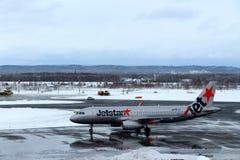 Jetstar surfacent être prêt pour décollent à l'aéroport de Chitose un jour neigeux Sapporo Photographie stock