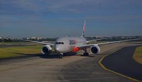 Jetstarvliegtuigen die zich op de baan met voorprofiel in Sydney Airport bewegen stock foto
