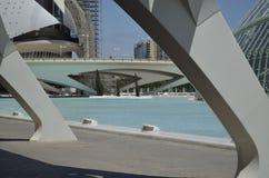 Jette un pont sur la ville des arts et des sciences photos stock