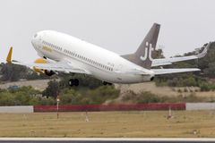 Jettime bon marché 737 décollent dessus Image libre de droits